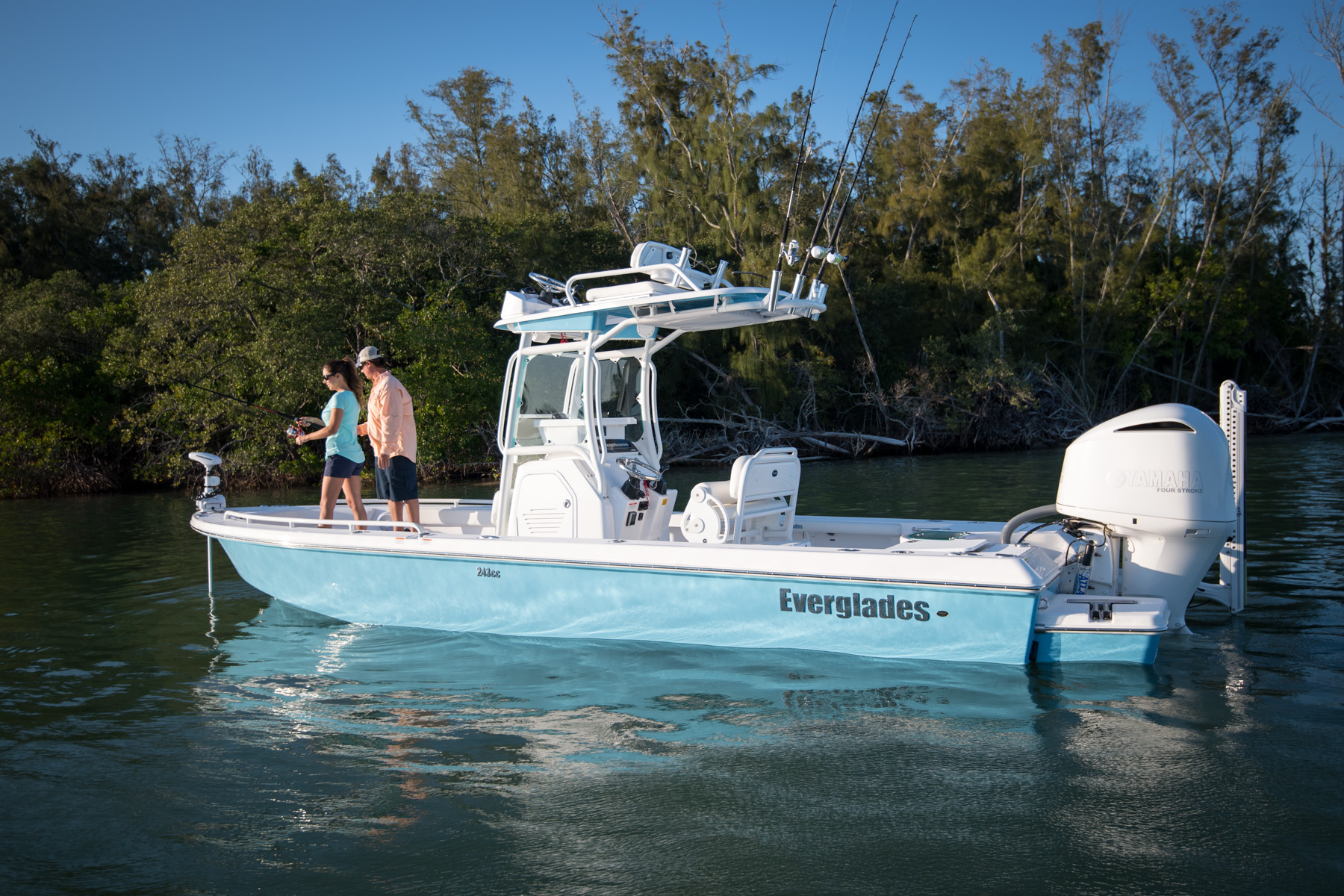 Review Of The Everglades 243cc Tom George Yacht Group Tgyg For Atlas Jack Plate Wiring Harness Image 1424 Ebs 1571